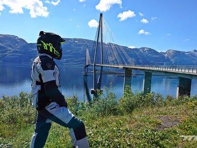 Ponemos a prueba el traje Rev'It! Sand 3, un gama media que supera con nota 3.500 km de clima noruego