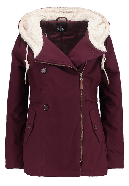 Por 23,95 euros podemos hacernos con este abrigo en color burdeos Even&Odd en Zalando con envío gratis