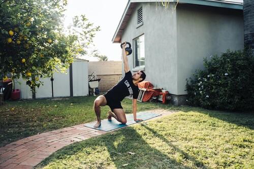 Solo necesitas una kettlebell o pesa rusa para realizar esta rutina de entrenamiento en casa