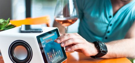 Aivia, un altavoz Bluetooth multifuncional con tableta y webcam incorporada