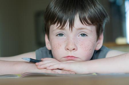 Niño ausente en el aula