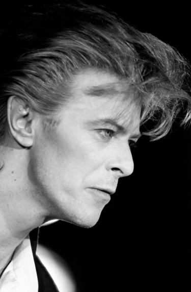 Tener siempre a David Bowie cerca es posible con estas 9 camisetas del icono del rock