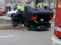 Un BMW M5 se pone patas arriba en Manresa