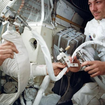 Swigert con el equipo improvisado para adaptar los recipientes de hidróxido de litio del módulo de mando para utilizarlos en el módulo lunar.
