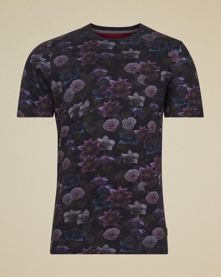 Camiseta modelo zoom negra con estampado floral