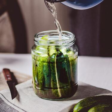 No tires el jugo de los encurtidos, mejor aprovéchalo para recuperarte después de hacer ejercicio o para potenciar recetas saladas
