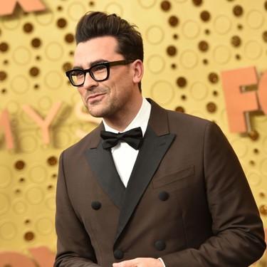 Dan Levy demuestra que el marrón también es elegante en su look de los premios EMMY