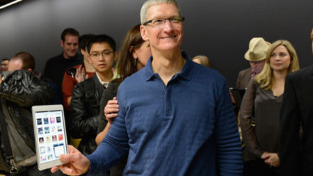 Tim Cook con el iPad mini