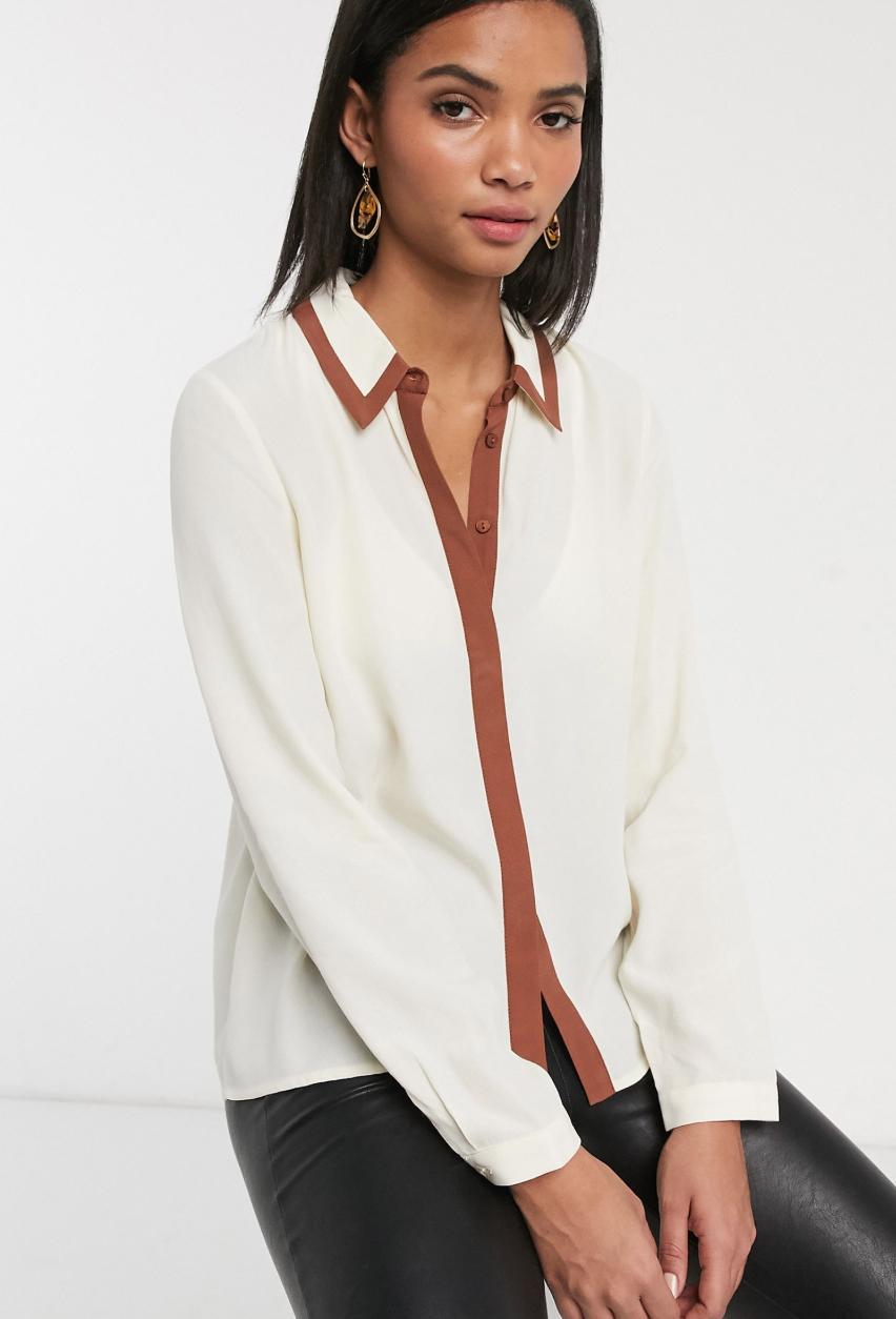 Camisa en crema con ribetes en contraste de Vero Moda