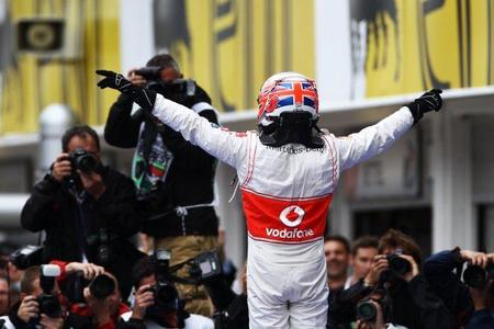 Jenson Button vence en el caos