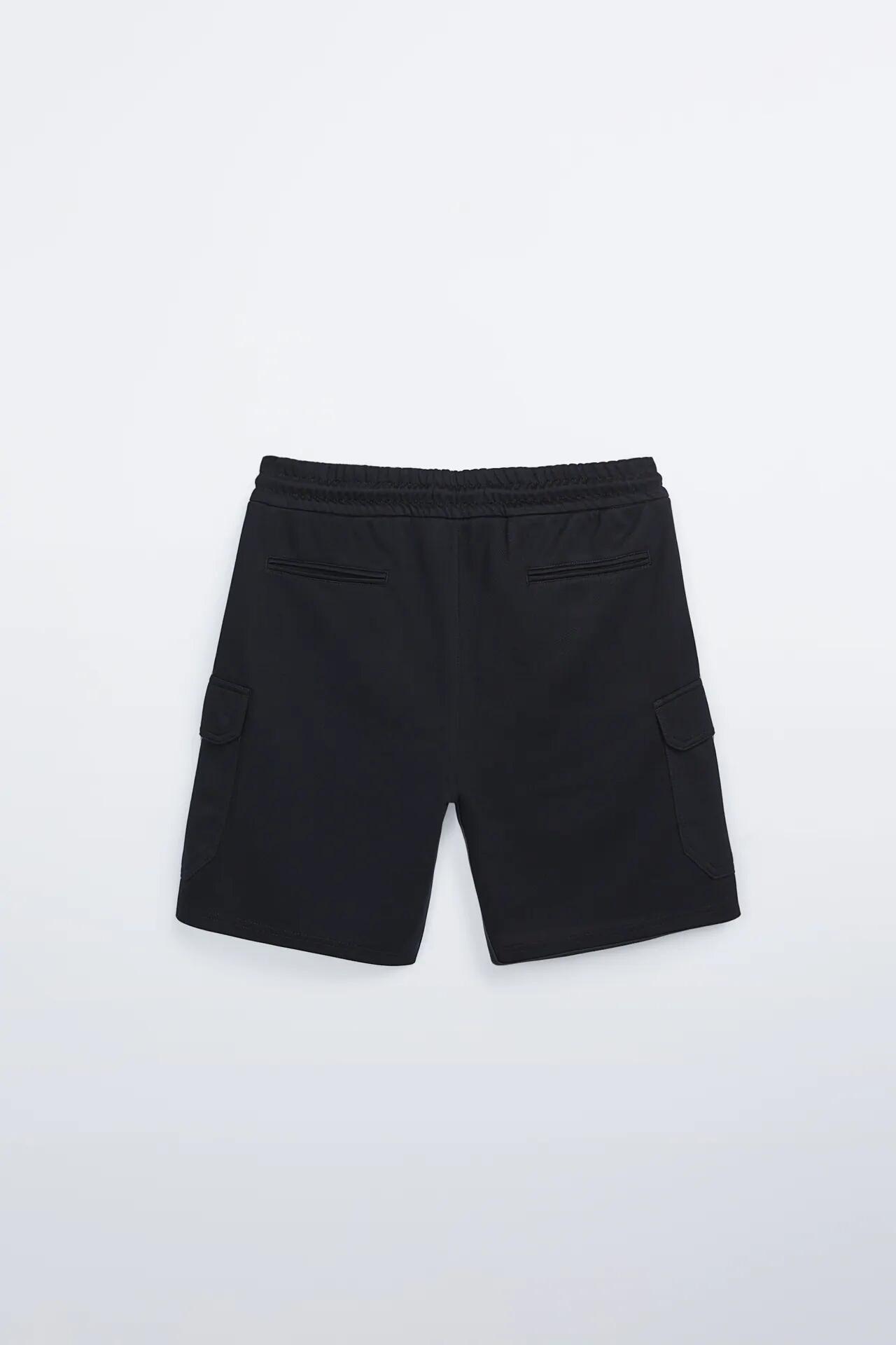 Bermuda tipo cargo con cintura elástica y cordón