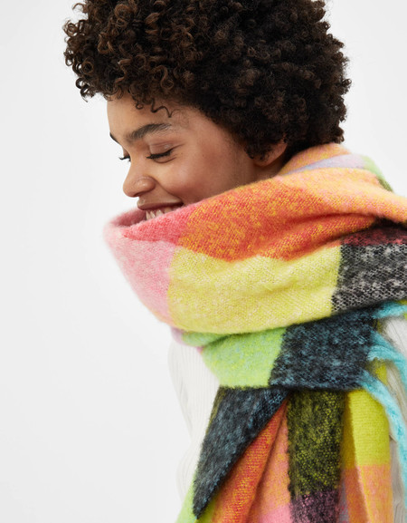 Protege tu garganta con estilo: siete bufandas de Bershka que son perfectas para lucir las 24/7