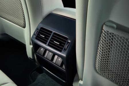 Jaguar E-PACE conexión móvil trasera