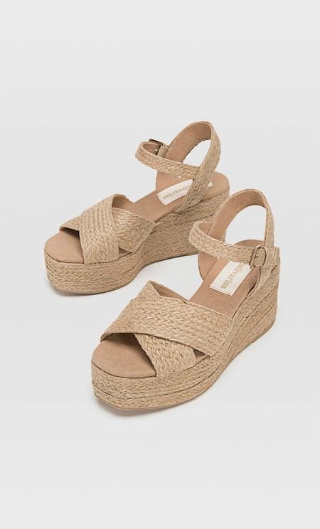 https://www.pullandbear.com/es/mujer/rebajas/zapatos/sandalias-de-tac%C3%B3n/cu%C3%B1a-pala-serraje-c1030207006p501843310.html?cS=105