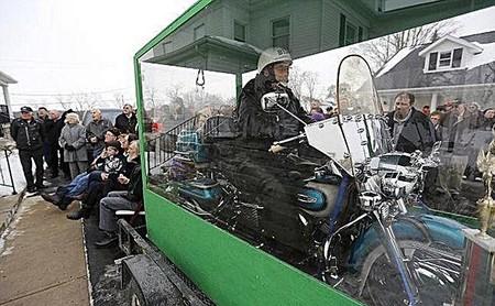 Cuando muera, no deseo ataúd, quiero que todos me vean sentado en mi motocicleta (también)