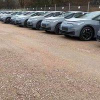 De amontonar coches trucados a Volkswagen ID.3: cientos de coches eléctricos esperan en parkings una actualización de software