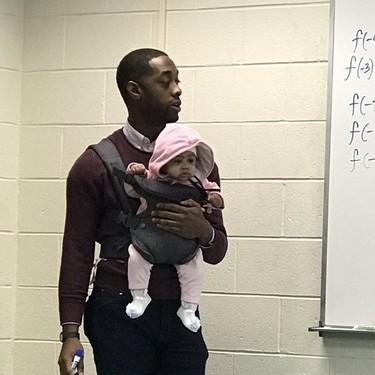 Un profesor portea a un bebé para que su padre pueda atender en clase: un bonito ejemplo
