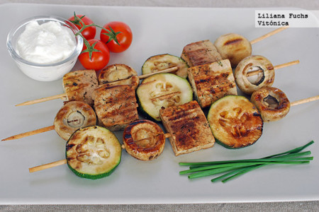 Brochetas de tofu y verduras a la parrilla. Receta saludable