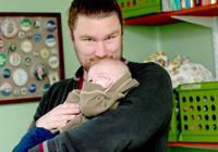 El gobierno vuelve a atrasar la ampliación a un mes de la baja por paternidad y la fija en el 2015