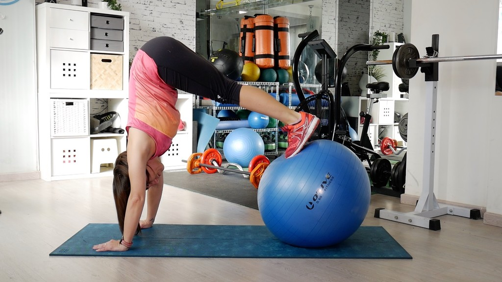 Entrena tus glúteos y abdominales con un fitball: un circuito en vídeo para poner en práctica en cualquier lugar
