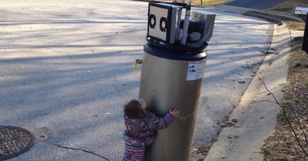 La niña que abraza a una fuente creyendo que es un robot es, quizá, el último rayo de esperanza de la humanidad