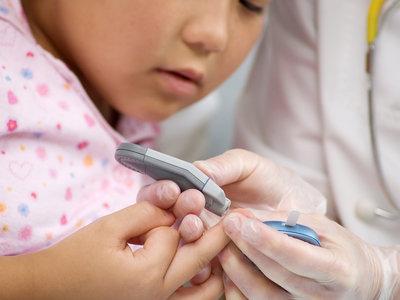 Sin pinchazos ni métodos invasivos: desarrollan una pulsera que mide la glucosa en sangre de los niños diabéticos