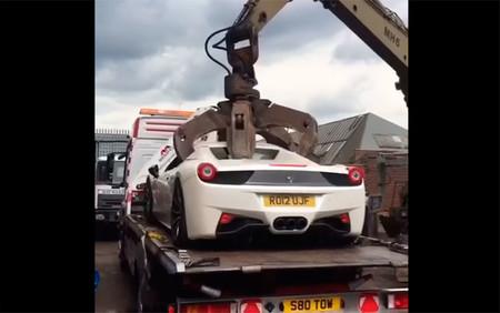 El vídeo viral del Ferrari 458 Spider desguazado por la policía británica tiene detrás un culebrón infinito