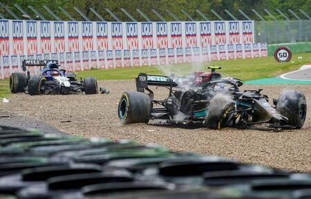 Valtteri Bottas y George Russell se culpan mutuamente del accidente que obligó a parar la carrera en Imola