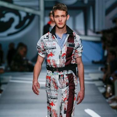 La camisa-cómic de Prada es ese must que no sabías que necesitabas gracias a  a su clon que apareció en Zara