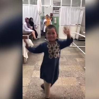 El baile de Ahmed, un niño afgano, tras recibir una nueva prótesis para su pierna
