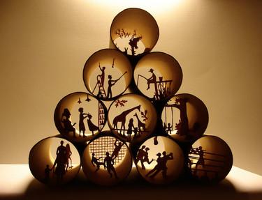 Los increíbles dioramas de Anastassia Elias que nos recuerdan que no todo el mundo tiene acceso a un cuarto de baño