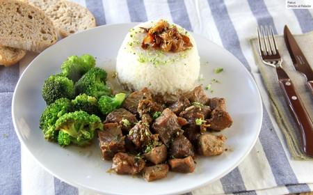 Magro de cerdo al ajillo con brócoli y arroz, la receta completa y saludable para llenarte de energía