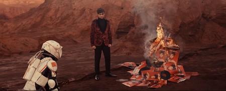 Alfred es un astronauta que se enfrenta a la fama en el videoclip de 'Wonder'