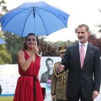 Doña Letizia estrena peinado y repite vestido: una combinación diez