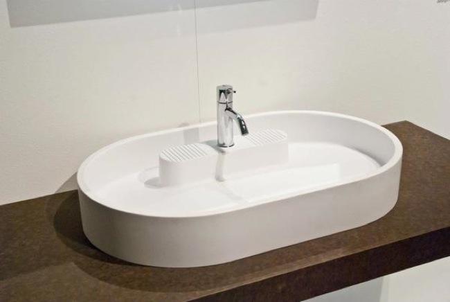 Griferia Para Baño Oval:Atollo, un lavabo con isla interna junto a la grifería