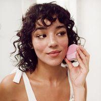 Si te preocupa la hidratación de tu piel, te encantará el cepillo facial Foreo Fofo y su app (lo hemos probado)