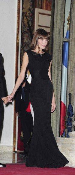 Carla Bruni: lección de estilo con un vestido negro