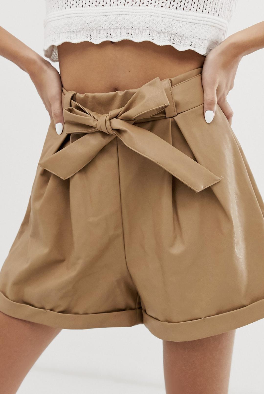 Pantalones cortos de cuero sintético con cinturón de Glamorous