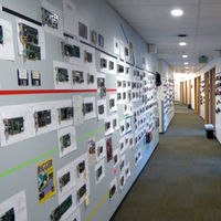 """Este pasillo de las oficinas de Microsoft es un peculiar """"museo de la GPU"""" con más de 400 tarjetas gráficas de los últimos 35 años"""