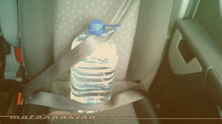 Si te dejas la botella de agua en el coche... como mucho se te pondrá a temperatura de caldo