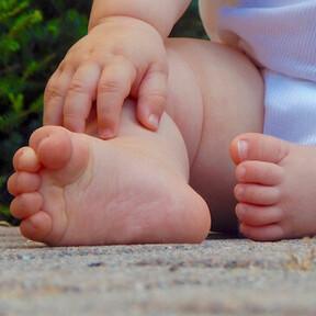Así crecen y evolucionan los pies de bebés y niños