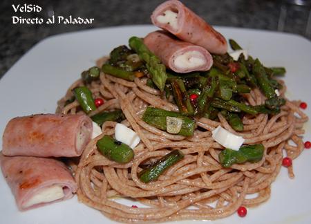Espaguetis integrales con espárragos y rollitos de jamón y mozzarella