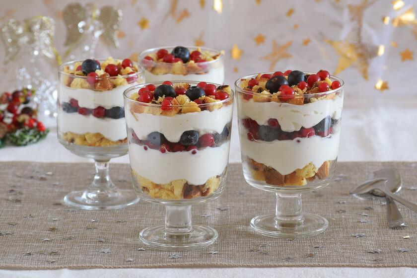 Copas de panettone, crema de yogur y frutos del bosque: receta de aprovechamiento para un postre de fiesta