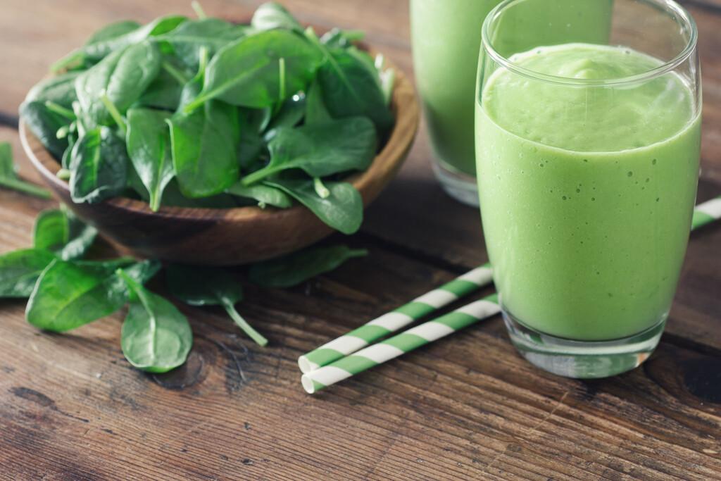 Todo lo que necesitas saber sobre la vitamina K, su papel en tu salud (y en qué alimentos encontrarla)