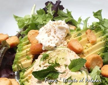Ensalada de aguacate con hummus y crema agria. Receta