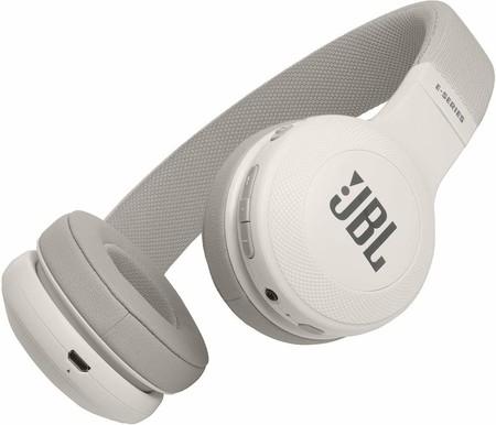 Oferta de Amazon en los auriculares supraaurales inalámbricos JBL E45BT en color blanco: pueden ser nuestros por 59,99 euros con envío gratis