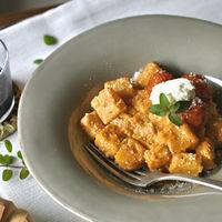 Ñoquis de polenta al pesto rosso. Receta vegetariana