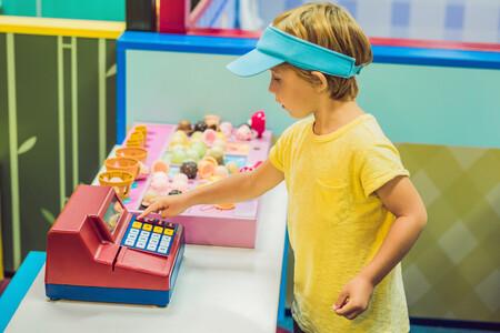 Jugar a las tiendas y juegos de compra: los nueve beneficios de esta divertida actividad infantil
