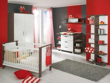 La habitación del bebé en colores vivos