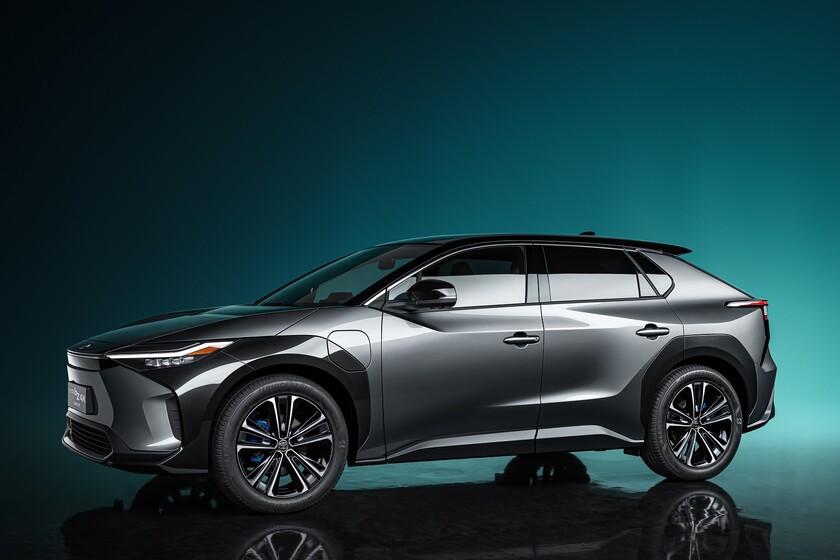 El Toyota bZ4X anticipa un SUV eléctrico con carga solar y volante cuadrado que llegará en 2022
